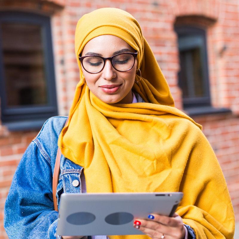 arab-woman-student-beautiful-muslim-female-student-SL6DTPR.jpg