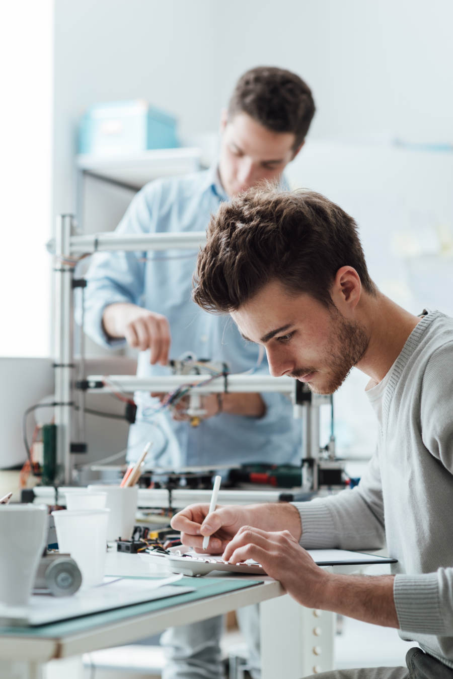 engineering-students-working-in-the-lab-PPFAGTH.jpg